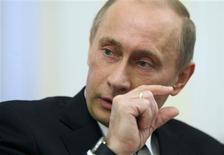 <p>Le Premier ministre Vladimir Poutine a fait observer à un fondateur de l'école russe de l'hyperréalisme qu'une épée sur l'une de ses peintures ressemblait à un couteau pour découper le saucisson et l'artiste a promis de retoucher son oeuvre. /Photo prise le 27 février 2009/REUTERS/RIA Novosti/Pool</p>