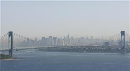 A layer of smog can be seen above Manhattan through the Verrazano-Narrows Bridge in New York May 21, 2009. REUTERS/Lucas Jackson (