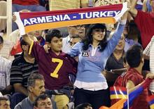 """<p>Болельщики сборной Армении во время матча со сборной Турции на стадионе в Ереване 6 сентября 2008 года. Турция сделала """"тактический шаг назад"""" в нормализации взаимоотношений с Арменией из-за враждебной реакции внутри страны на это решение, сказал представитель Евросоюза в регионе в интервью Рейтер. REUTERS/Stringer</p>"""