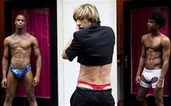 """<p>Ator britânico Baron Cohen, encarnado como um repórter de moda gay, posa antes da première na Holanda de seu novo filme """"Bruno"""", em Amsterdã. REUTERS/United Photos/Robin van Lonkhuijsen</p>"""