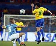 <p>Kaká, do Brasil, no campo com Fabio Cannavaro, da Itália, durante a Copa das Confederações em Pretória. 21/06/2009. REUTERS/Paulo Whitaker</p>