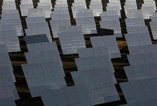 <p>Immagine d'archivio di specchi che riflettono i raggi solari per produrre vapore e indurre le turbine a produrre elettricità. REUTERS/Marcelo del Pozo (SPAIN)</p>