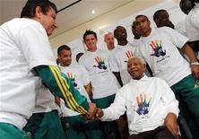 <p>Técnico Joel Santana e seleção da África do Sul visitam o ex-presidente sul-africano Nelson Mandela em Johanesburgo. 24/06/2009 REUTERS/Alexander Joe/Pool</p>