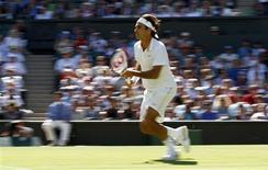 <p>Roger Federer, da Suíça, durante partida em Wimbledon contra o espanhol Guillermo García-López. 24/06/2009 REUTERS/Eddie Keogh</p>