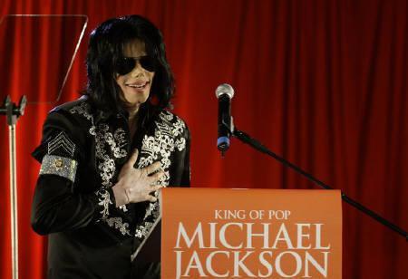 6月25日、芸能サイトTMZはマイケル・ジャクソンさんが死亡したと伝えた。写真はロンドンでのコンサート開催を発表するジャクソンさん。先月5日撮影(2009年 ロイター/Stefan Wermuth)