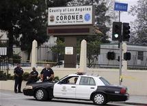<p>Miembros de la policía se estacionan fuera de las oficinas del médico forense del Condado de Los Angeles , 26 jun 2009. El médico forense del Condado de Los Angeles dijo el viernes que la autopsia en el cuerpo de Michael Jackson terminó, pero para saber la causa de la muerte habrá que esperar de cuatro a seis semanas. REUTERS/Phil McCarten</p>