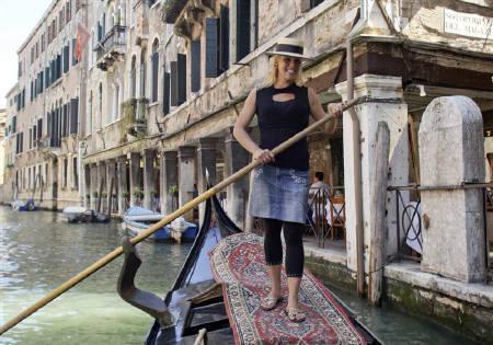 6月26日、ベネチアの900年の歴史で初めて女性ゴンドラ船頭が誕生へ。写真は初の女性船頭となるボスコロさん(2009年 ロイター//Manuel Silvestri)