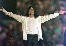 <p>Foto de arquivo de Michael Jackson durante apresentação no intervalo do campeonato Super Bowl XXVII em Pasadena, em 1993. Médico é novamente interrogado por morte de Michael Jackson. REUTERS/Gary Hershorn</p>