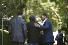 <p>Joe Jackson, pai de Michael Jackson (c), sendo conduzido para dentro da casa da família em Encino, Los Angeles, pelo reverendo Jesse Jackson (esq) e seu filho Yusef DuBois Jackson (dir).Família de Michael Jackson quer segunda autópsia.REUTERS/Mario Anzuoni</p>