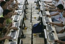 <p>Dans un café internet à Taiyuan, dans la province chinoise de Shanxi. Selon l'agence Chine nouvelle, Pékin va retarder l'application d'une décision obligeant les fabricants d'ordinateurs à pré-installer un filtre internet sur tout nouveau PC, qui était supposée entrer en vigueur ce mercredi 1er juillet. /Photo prise le 29 juin 2009/REUTERS</p>
