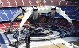 """<p>Imagen de archivo en que técnicos trabajan en el escenario del concierto de U2 para su gira 360º Tour en el estadio Camp Nou en Barcelona, 26 jun 2009. El grupo irlandés de rock U2 comienza el martes su primera gira en tres años, con una actuación ante 90.000 aficionados en Barcelona y sobre uno de los escenarios más grandes jamás construidos. En los próximos cuatro meses, U2 actuará ante un número estimado de tres millones de personas en 31 ciudades de Europa y Norteamérica, y se espera que el próximo año se anuncien más fechas. La gira """"U2 360 Tour"""" hace honor a su nombre con un escenario circular en torno al cual se colocarán los espectadores en el estadio Nou Camp del FC Barcelona. REUTERS/Albert Gea</p>"""