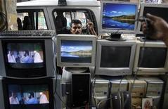 <p>Negozio di televisori e computer. REUTERS/Parth Sanyal</p>