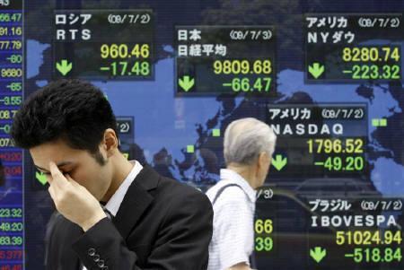 7月3日、3月以来の株価反発を支えてきた景気回復期待が揺らいでいる。写真は都内の株価ボード(2009年 ロイター/Kim Kyung-Hoon)