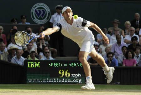 Andy Roddick of the U.S. returns the ball to Andy Murray of Britain during their  semi-final match at the Wimbledon tennis championships in London, July 3, 2009. REUTERS/Toby Melville