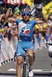 <p>Il francese Pierrick Fedrigo della Bbox Bouygues alza le mani in segno di vittoria al termine della nona tappa del Tour de France, tra Saint Gaudens e Tarbes, 12 luglio 2009. REUTERS/Jean-Paul Pelissier</p>