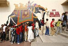 <p>Tourists stand in a queue outside the entrance of the City Palace in Udaipur in the desert Indian state of Rajasthan January 16, 2009. REUTERS/Vijay Mathur</p>