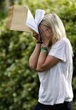 <p>Una ragazza con dei documenti scolastici in mano. REUTERS/Darren Staples (BRITAIN)</p>