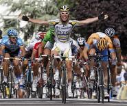 <p>Mark Cavendish taglia il traguardo dell'11esima tappa del Tour de France. REUTERS/Jean-Paul Pelissier</p>
