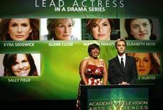 """<p>La actriz Chandra Wilson y el actor Jim Parsons anuncian a los nominados de los premios Emmy en Hollywood, 16 jul 2009. La serie de comedia con Tina Fey """"30 Rock"""" y el drama ambientado en la década de 1960 """"Mad Men"""" lideraron el jueves las nominaciones de los premios Emmy, con muchos rostros nuevos que competirán para los honores más altos de la televisión estadounidense. """"30 Rock"""" de la cadena NBC superó a los competidores con 22 nominaciones, incluyendo mejor serie de comedia y mejor actriz para Fey; mientras """"Mad Men"""" del canal de cable AMC obtuvo 16 nominaciones, una de ellas para mejor serie dramática. REUTERS/Mario Anzuoni</p>"""