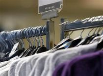 <p>Foto de arquivo de roupas no cabide da loja Primark em Loughborough, Inglaterra. 04/11/2008. REUTERS/Darren Staples</p>