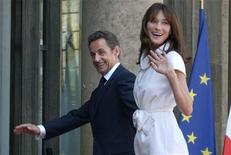 <p>France's President Nicolas Sarkozy and his wife Carla Bruni-Sarkozy arrive at the Elysee Palace following the Bastille day parade in Paris, July 14, 2009. REUTERS/Philippe Wojazer</p>