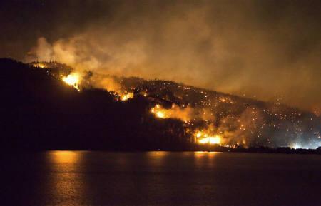 7月19日、カナダのブリティッシュ・コロンビア州で発生した山火事は数千人の住民が避難する事態となっている(2009年 ロイター/Andy Clark)