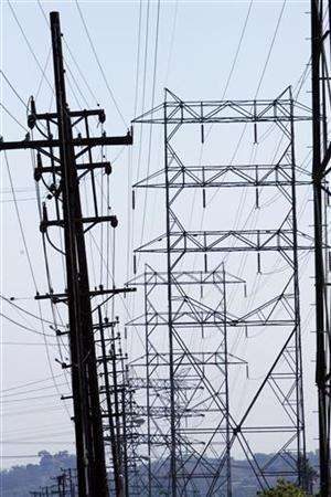 Power lines are seen in Los Angeles July 17, 2008. The largest utility in southern California urged consumer on Monday to conserve power to help keep air conditioners running without interruption as hot weather sends demand soaring over the next few days. REUTERS/Mario Anzuoni