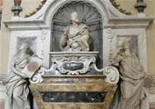 """<p>Foto de archivo de la tumba del astrónomo Galileo Galilei en la basílica de la Santa Cruz en Florencia, Italia, 22 ene 2009. El enfrentamiento actual entre ciencia y religión en campos como la evolución y el """"diseño inteligente"""" se ponen de relieve en un nuevo libro sobre el astrónomo italiano Galileo y su juicio ante la Inquisición católica. REUTERS/Marco Bucco</p>"""