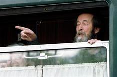 <p>Лауреат Нобелевской премии писатель Александр Солженицын в вагоне поезда во Владивостоке 1 июня 1994 года.  REUTERS/STR New</p>