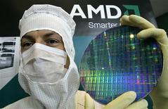 <p>Correction: bien lire AMD dans le titre. Le fabricant de semi-conducteurs Advanced Micro Devices a publié une perte supérieure aux attentes au titre du deuxième trimestre et une marge jugée décevante. Hors éléments exceptionnels, AMD a perdu 62 cents par action au cours du dernier trimestre, alors que le marché attendait un déficit de 53 cents par action, selon Reuters Estimates. /Photo d'archives/REUTERS/Fabrizio Bensch</p>