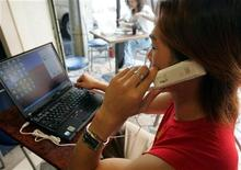 <p>Un ragazzo telefona con Skype. REUTERS/Richard Chung</p>