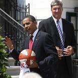 <p>Presidente dos EUA, Barack Obama, segura camisa e bola de basquete dadas a ele pela equipe feminina Detroit Shock 27/07/2009 REUTERS/Jason Reed</p>