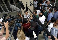 <p>Dino Altmann, il medico personale di Felipe Massa, parla con i giornalisti. REUTERS/Karoly Arvai</p>