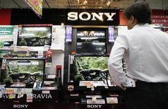 <p>Sony fait état d'une perte trimestrielle qu'il impute à la vigueur du yen et à la fragilité de la demande pour les téléviseurs, deux éléments qui sont venus occulter l'impact de sa politique de réduction des coûts, l'incitant à confirmer ses prévisions de pertes annuelles. /Photo prise le 24 juillet 2009/REUTERS/Toru Hanai</p>