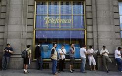 """<p>Personas esperan fuera de una tienda de Telefónica para comprar el iPhone 3GS en Madrid, 19 jul 2009. La española Telefónica, la empresa de telecomunicaciones más grande de Europa, dijo que su negocio en España, que representa más de un cuarto de sus ingresos, ya estaba mostrando """"señales de estabilidad"""". REUTERS/Susana Vera/Archivo</p>"""