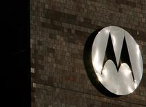 <p>Alors que ses comptes étaient dans le rouge sur la même période l'an dernier, Motorola a publié un bénéfice de 26 millions de dollars au titre du deuxième trimestre, un redressement favorisé par la réduction de ses coûts et des ventes de téléphones portables meilleures qu'attendu. /Photo d'archives/REUTERS/John Gress</p>