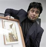 <p>Puerto Rican actor Benicio del Toro holds his Tomas Gutierrez Alea prize at Cuban Union of writers and actors in Havana, July 30, 2009. REUTERS/Enrique De La Osa</p>