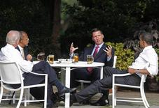 <p>President Barack Obama (R) sits down for a beer with Harvard scholar Henry Louis Gates (2nd L), Cambridge, Massachusetts, police Sergeant James Crowley (2nd R) and Vice President Joe Biden to try to start a dialogue on better race relations in the Rose Garden at the White House in Washington, July 30, 2009. REUTERS/Jim Young</p>