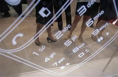 <p>Le Journal officiel publie samedi l'appel à candidatures pour la quatrième licence de téléphonie mobile de troisième génération (3G), qui est destinée à un nouvel entrant. Le prix fixé pour la licence est de 240 millions d'euros, comme recommandé par la Commission des participations et des transferts (CPT), chargée de conseiller l'Etat pour l'estimation de ses actifs. /Photo d'archives/REUTERS/Vivek Prakash</p>