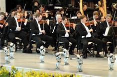 <p>Robot ballano sulla musica di un'orchestra in Giappone. REUTERS/Toshiyuki Aizawa</p>