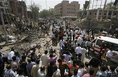 <p>Giornalisti, soccorritori e polizia in Pakistan. REUTERS/Mohsin Raza</p>