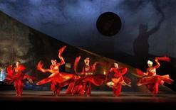 <p>Ballerini in costume durante una rappresentazione del poema epico indiano Mahabharata, a Londra. REUTERS/Alessia Pierdomenico</p>