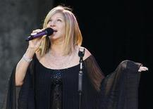 <p>Barbra Streisand performs on the stage in Berlin June 30, 2007. REUTERS/Tobias Schwarz</p>