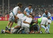 <p>I giocatori della Lazio esultano dopo il gol del 2-0 di Rocchi. REUTERS</p>