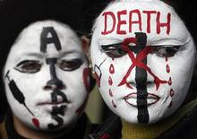 <p>College students display HIV/AIDS awareness messages on their faces during a face painting competition in the northern Indian city of Chandigarh January 17, 2009.REUTERS/Ajay Verma</p>