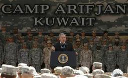 """<p>Джордж Буш выступает перед американскими военнослужащими на военной базе """"Арифджан"""" в Кувейте 12 января 2008 года. Кувейт сообщил во вторник о раскрытии плана связанных с """"аль-Каидой"""" экстремистов взорвать американскую военную базу и другие """"важные объекты"""". REUTERS/Kevin Lamarque</p>"""
