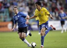 <p>Kaká é acompamjado por Dmitrijev em amistoso do Brasil contra a Estônia em Tallinn 12/08/2009 REUTERS/Ints Kalnins</p>