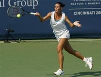 <p>Flavia Pennetta risponde alla volley di Daniela Hantuchova nei quarti di finale del torneo di Cincinnati, 14 agosto 2009. REUTERS/John Sommers II</p>