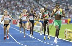 <p>La sudafricana Caster Semenya (destra) poco prima di tagliare il traguardo nella semifinale degli 800 metri donne ai Mondiali di Berlino. REUTERS/Michael Dalder</p>