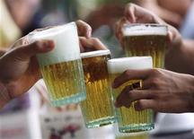 <p>Men drink beer at a restaurant in Hanoi July 20, 2009. REUTERS/Kham</p>